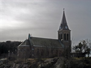 """Fjallbacka kyrka"". Licensierad under CC BY-SA 3.0 via Wikimedia Commons - http://commons.wikimedia.org/wiki/File:Fjallbacka_kyrka.jpg#/media/File:Fjallbacka_kyrka.jpg"